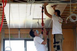 l'installation des dalles du plafond chauffant